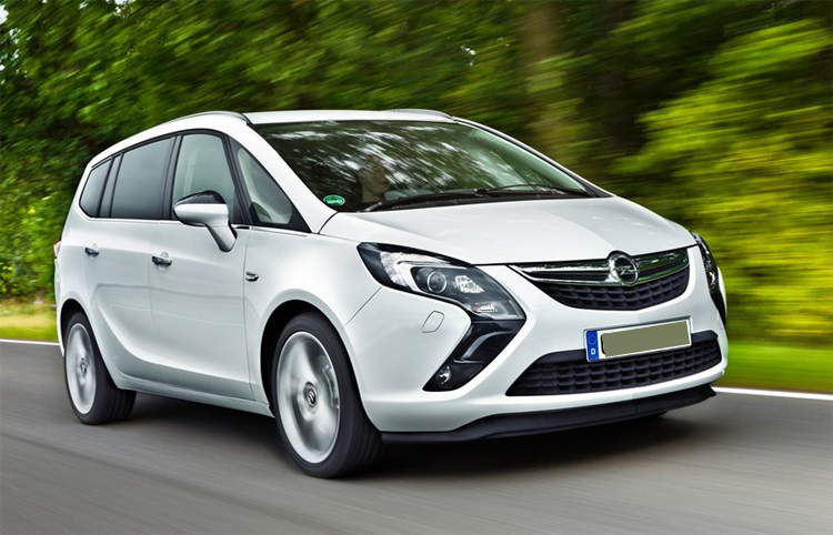 Opel Zafira едет