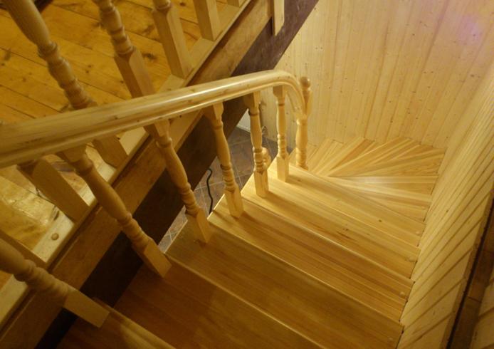 Современная лестница из лиственницы