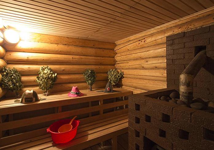 Внутри бани из ели