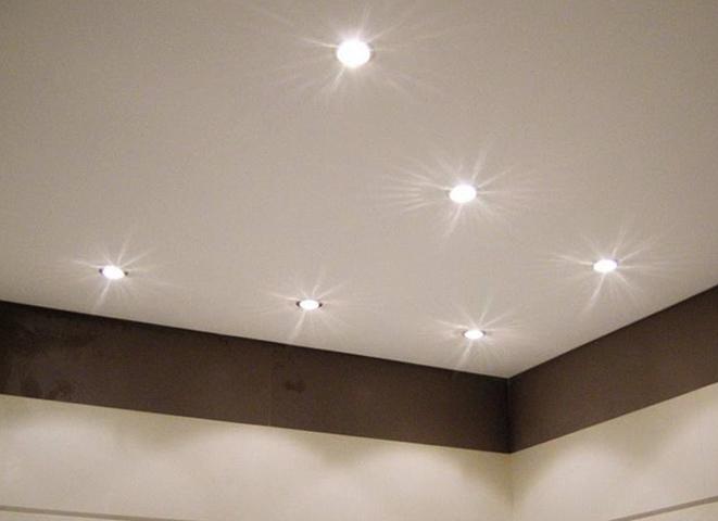 Светлый матовый потолок