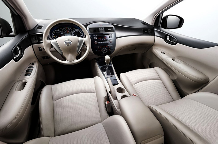 Внутри Nissan Tiida