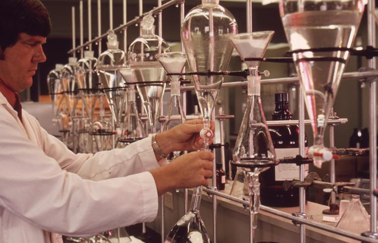Химик за работой