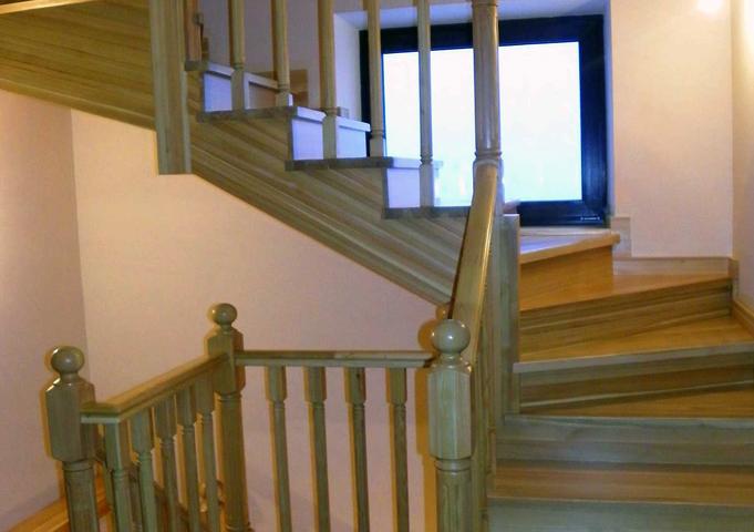 Красивая лестница из лиственницы