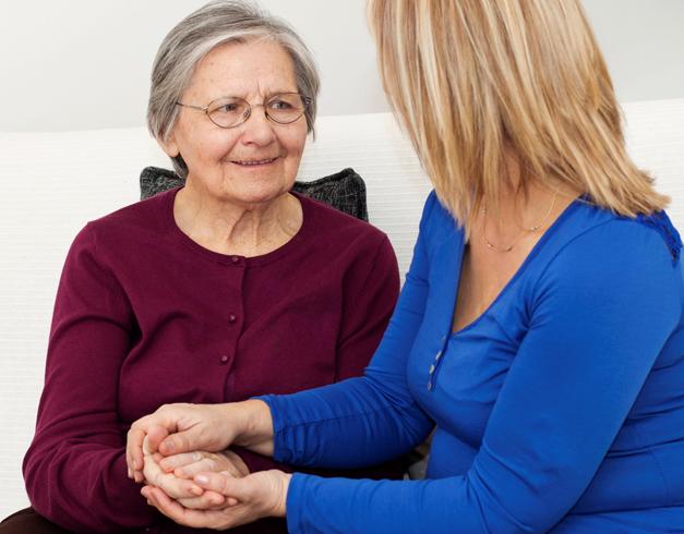 Социальный работник с бабушкой