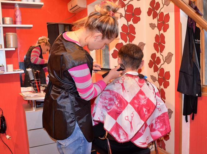 Женщина парикмахер