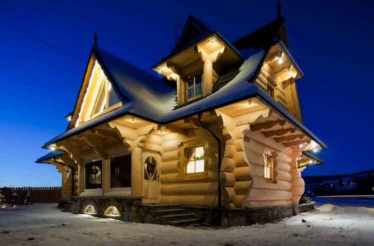 Деревянный дом ночью