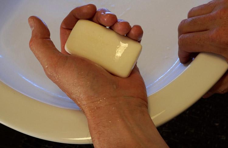 Антибактериальное мыло в руках