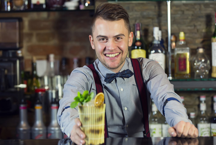 Молодой бармен