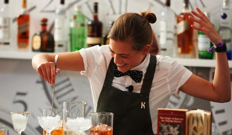 Девушка - бармен
