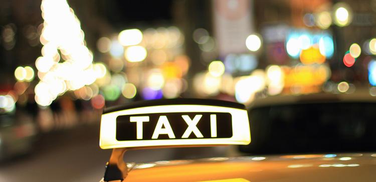 Такси едет