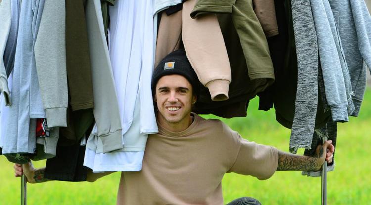 Мужчина дизайнер одежды