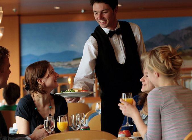Официант обслуживает клиентов
