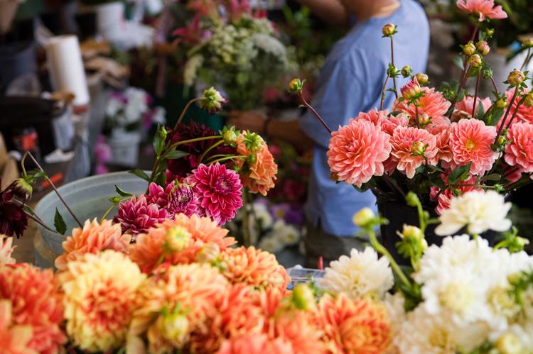 В ларьке цветов