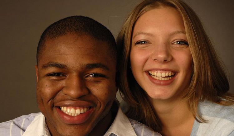 Белая девушка с чернокожим парнем