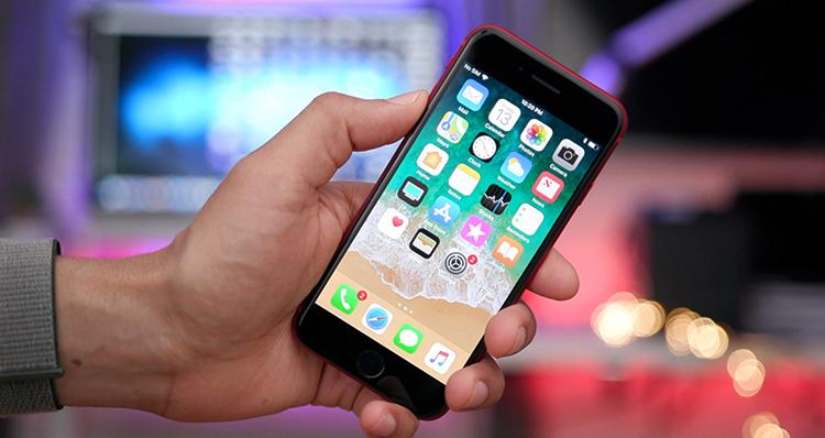 iPhone 8 в руках