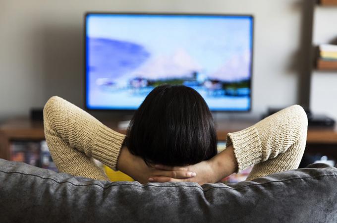 Женщина смотрит ТВ