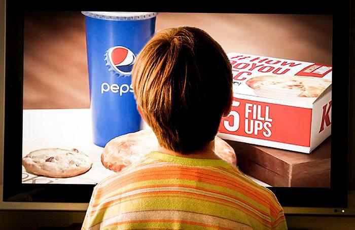 Мальчик смотрит рекламу