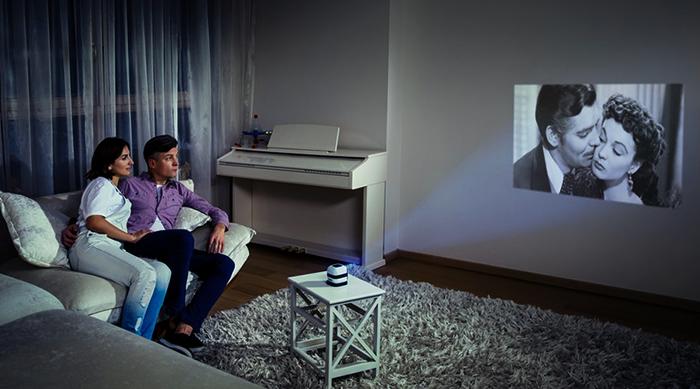 Пара смотрит фильм на проекторе