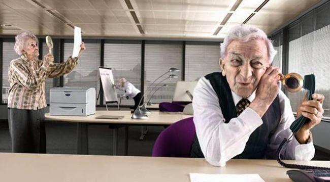 Пожилые люди работают