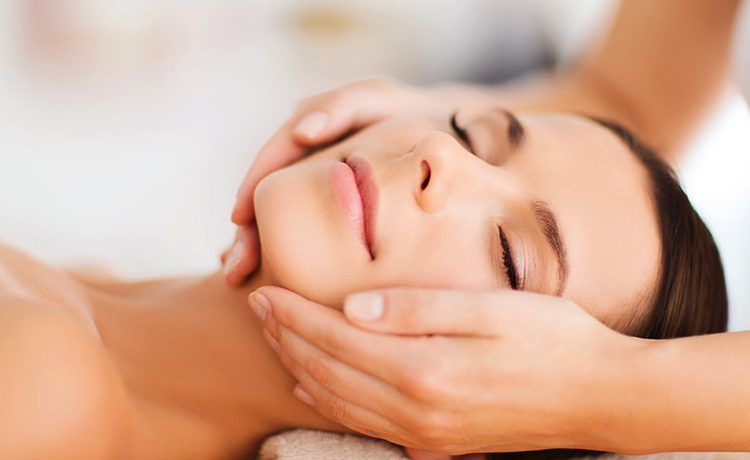 Процесс массажа лица