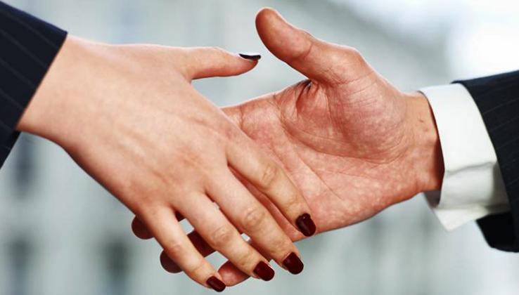 Рукопожатие сотрудника и начальника