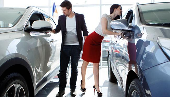 Пара осматривает машину