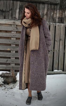 Девушка в пальто на улице