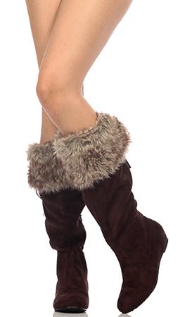 Девушка в обуви из искусственного меха