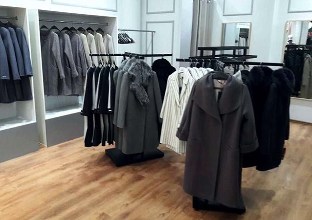 Выбор пальто в магазине