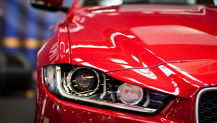 Покрашенный в красный автомобиль