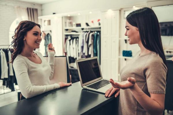 Продавец консультант помогает клиенту