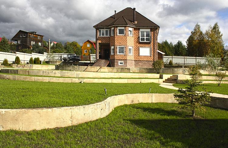 Дом на участке со склоном