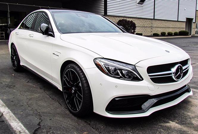 Новый белый автомобиль
