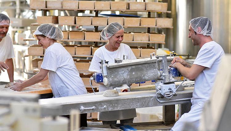 Работники завода
