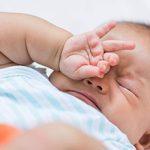 Стоит ли будить новорожденного для кормления: особенности и что нужно знать