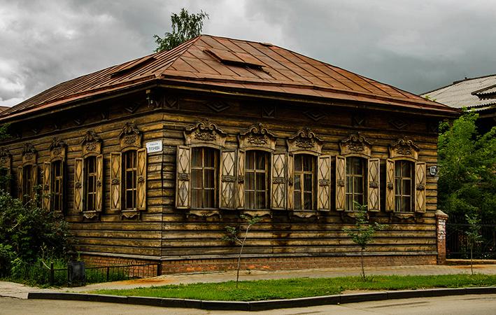 Старый деревянный дом в городе