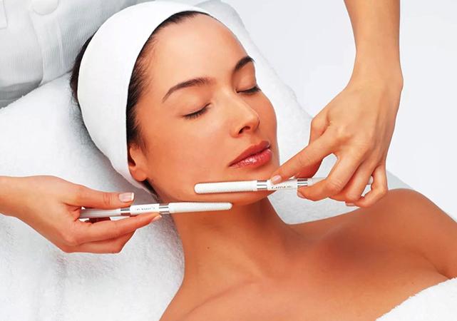 Косметолог чистит лицо
