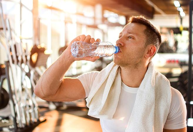 Спортсмен пьет воду