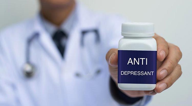 Врач выдает таблетки антидепрессанты