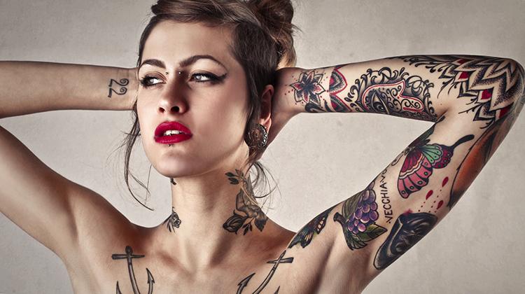 Девушка с татуировками