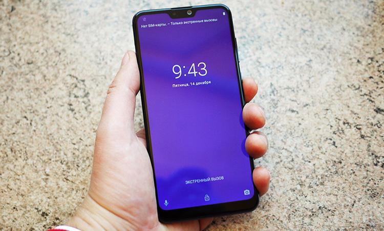 Смартфон ZenFone Max Pro в руках
