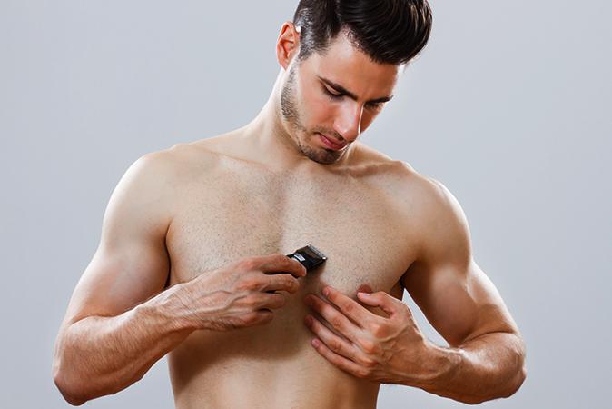 Мужчина за бритьем груди