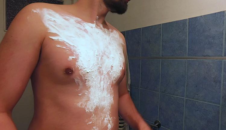 У мужчины пена на груди