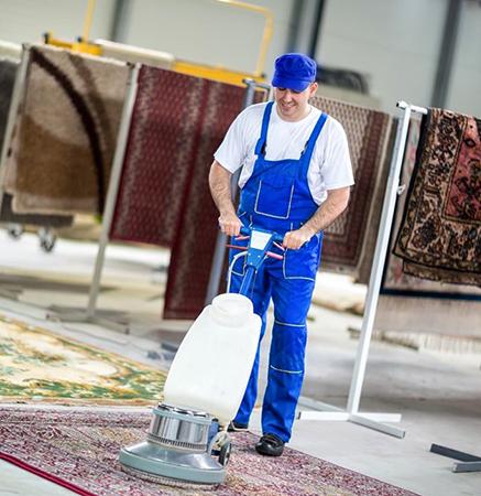 Специалист чистит ковер