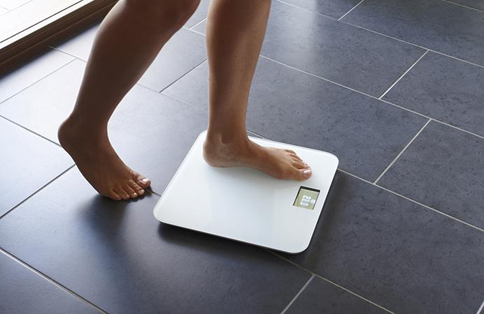 Человек встает на весы