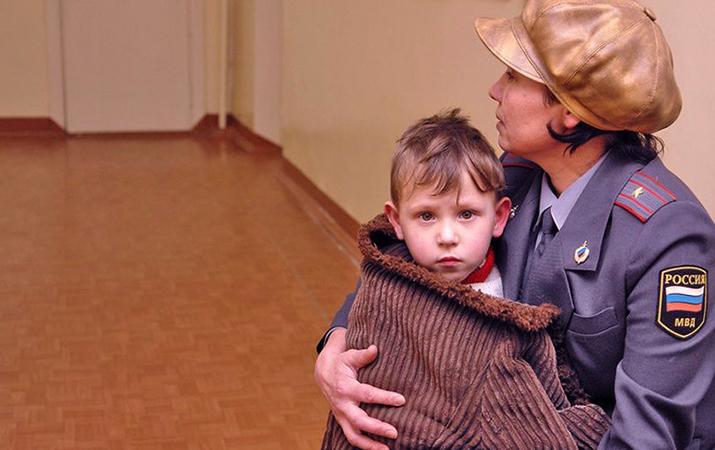 Ребенок с сотрудником полиции