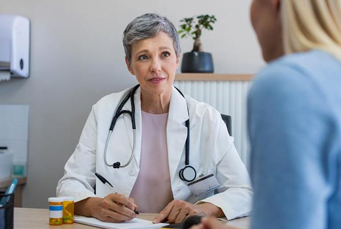 Врач-гинеколог консультирует