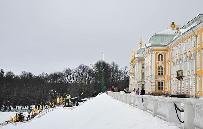 Перед входом в Петергоф