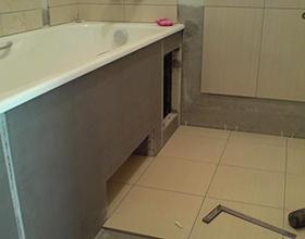 Стоит ли класть плитку под ванной?