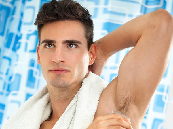 Мужчина думает брить ли ему подмышки